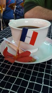 26- un café avec le drapeau français !
