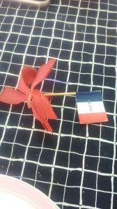 27- notre drapeau avec au dos les coordonnées du resto
