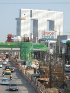 4- les travaux du métro aérien avec l'immeuble en forme d'éléphant au fond